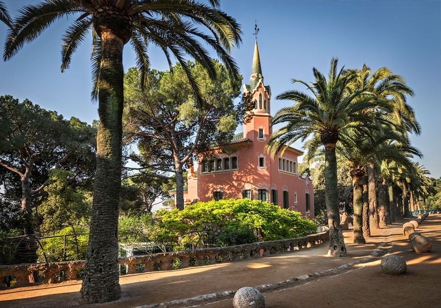View of the exterior from Passeig de les Palmeres in Park Güell