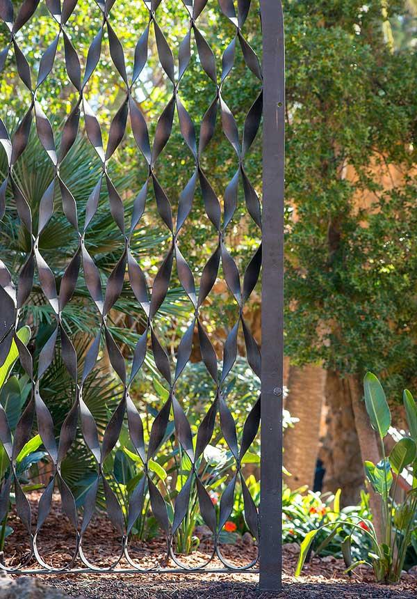 Puerta de los bajos de la Casa Milà