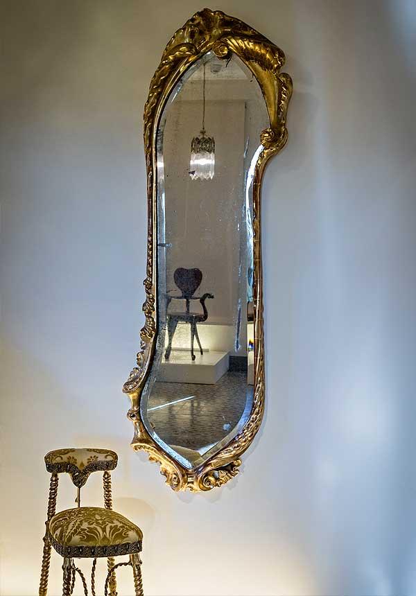 Espejo y voyeuse del salón del piso principal de la Casa Calvet